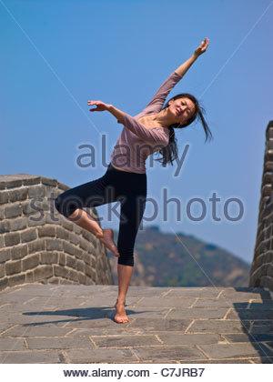 Frau posiert auf der chinesischen Mauer - Stockfoto