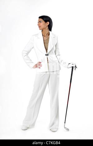 Junge, dunkelhaarige Frau, 23, mit Golf Club, Golfspieler - Stockfoto