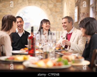 Menschen, die gemeinsam im Restaurant Essen - Stockfoto