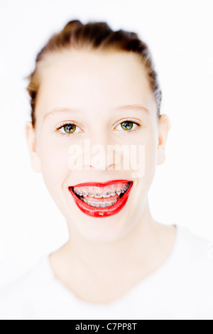 Frau in geschweiften Klammern trägt roten Lippenstift - Stockfoto