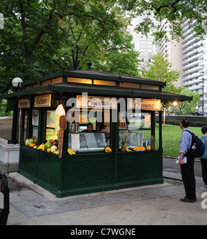 Mann, Blick auf grüne Ferrara Italian Cafe Eis Kiosk, Merchants' Gate Plaza, West Avenue, Central Park, New York - Stockfoto