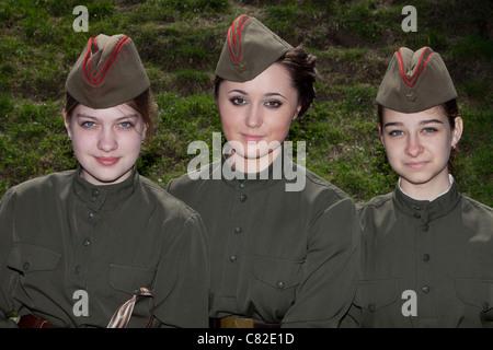 Drei Mädchen in Uniform der Roten Armee während Victory Day Feierlichkeiten im Park des Sieges in Moskau, Russland - Stockfoto