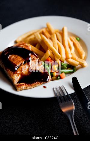 Lachs-Steak mit Pommes frites - Stockfoto