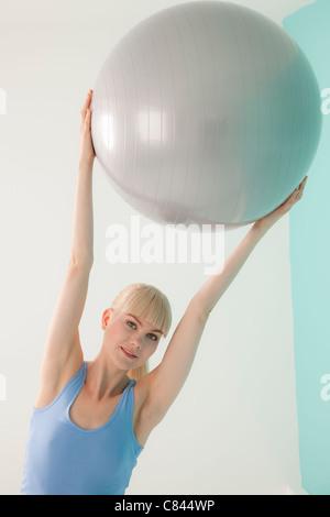 Frau hält Gymnastikball - Stockfoto