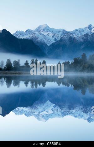 Reflexion der Mt. Cook (Aoraki) und Mt Tasman auf Lake Matheson in der Nähe von Fox-Gletscher in Neuseeland - Stockfoto