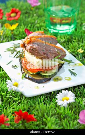 Ente Magret und Sommer Gemüse Mille-feuille - Stockfoto