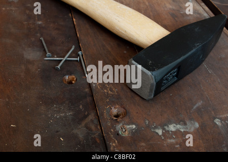 Hammer und Nägel auf alten Holzdielen - Stockfoto