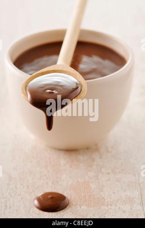 Schüssel und Löffel geschmolzene Schokolade - Stockfoto