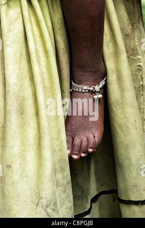 Armen indischen Babys Fuß mit Fußkettchen gegen Mütter schmutzigen Kleid abstrakt - Stockfoto