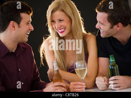 USA, New Jersey, Jersey City, Gruppe von Freunden trinken in Nachtclub - Stockfoto