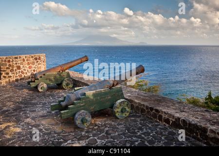Den Niederlanden, Oranjestad, Sint Eustatius Insel, Niederländische Karibik. Kanonen des ehemaligen Fort De Windt. - Stockfoto