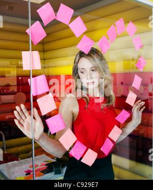 Geschäftsfrauen, die Herzen mit Noten - Stockfoto
