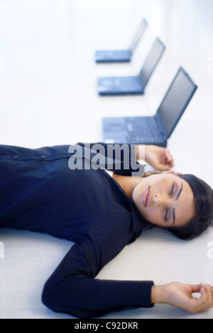 junge gesch ftsfrau arbeiten in virtuellen gl ser w hlen sie das symbol aus das bewusstsein. Black Bedroom Furniture Sets. Home Design Ideas
