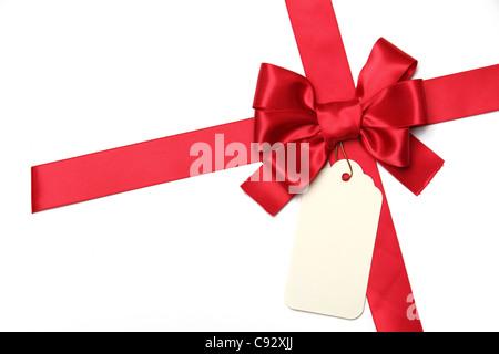 Rote Schleife mit leeren Geschenkanhänger. Isoliert auf weiss. - Stockfoto