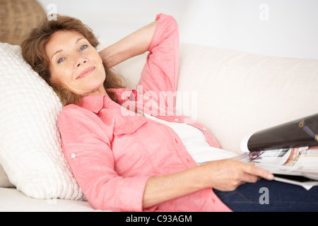 Ältere Frau zu Hause entspannen - Stockfoto