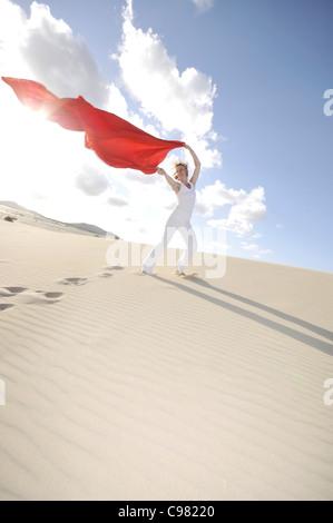 Frau mit einem roten transparenten Tuch im Wind, Dünen, Corralejo, Fuerteventura, Kanarische Inseln, Spanien, Europa - Stockfoto
