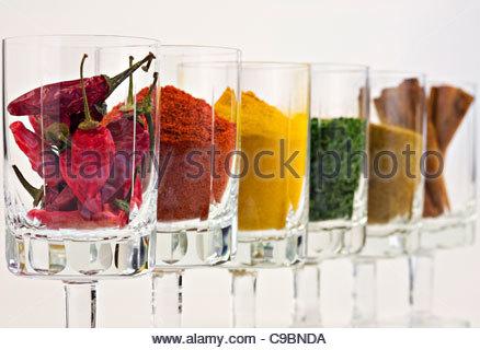 Auswahl von Gewürzen in Gläser vor weißem Hintergrund - Stockfoto