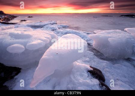 Bunter Abend und Eis Formationen in Nes auf der Insel Jeløy in Moos Kommune, Østfold Fylke, Norwegen. - Stockfoto