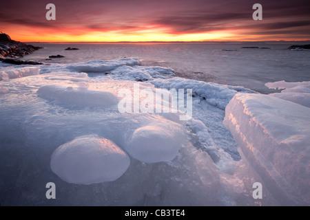 Bunter Abend und Eis Formationen in Nes auf der Insel Jeløy, Moss Kommune, Østfold Fylke, Norwegen. Januar 2011. - Stockfoto