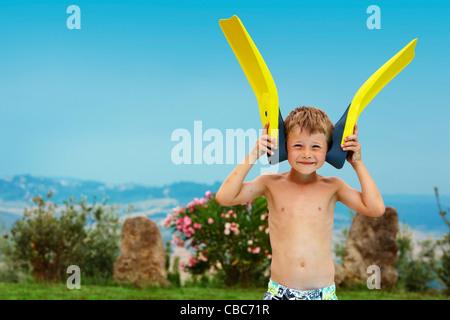 Jungen spielen mit Flossen im freien - Stockfoto