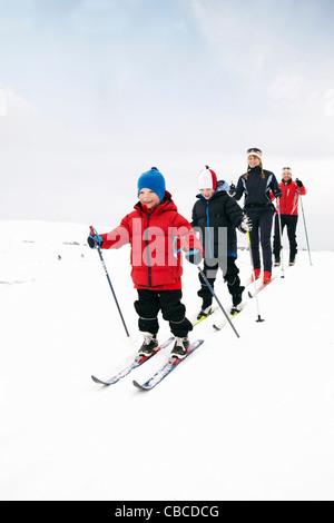 Familie Langlaufen im Schnee - Stockfoto