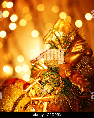Weihnachtsdekoration, Urlaub Hintergrund mit goldenen Lichter - Stockfoto