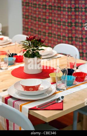 Weiß, Orange, rot, gelb, Türkis und blau dekoriert Esstisch im restaurant - Stockfoto