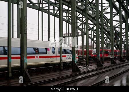 ICE und RE-Züge auf einer Brücke in Köln, Deutschland - Stockfoto