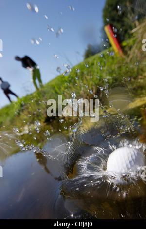 Zwei Männer spielen Golf, am Prien Chiemsee, Bayern, Deutschland - Stockfoto