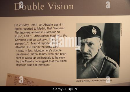 "Info-Tafel ""Double Vision"", über Lt Clifton James, Monty Doppel in Bletchley Park, Bletchley. Buckinghamshire, Großbritannien. - Stockfoto"