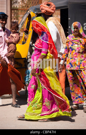Junge indische schwangere verhüllt dezent, mit ihrer Familie in der Stadt Sadri in Pali Bezirk von Rajasthan, Westindien - Stockfoto