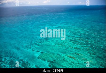 Luftaufnahmen der spektakuläre Great Barrier Reef in der Nähe der Whitsunday Islands in Queensland, Australien. - Stockfoto