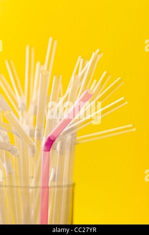 Ein rosa Stroh unter einer Gruppe von klaren Strohhalme - Stockfoto