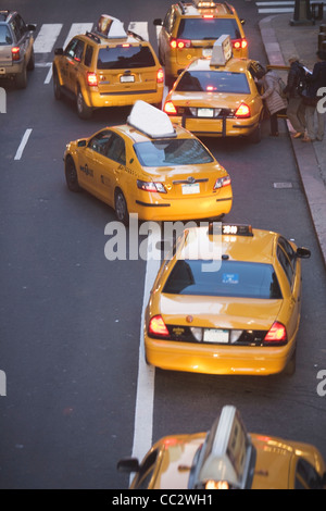 USA, New York City, Manhattan, gelben Taxis auf der 42nd street - Stockfoto
