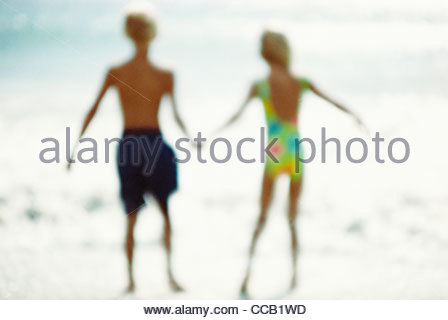 Kinder Hand in Hand am Strand - Stockfoto
