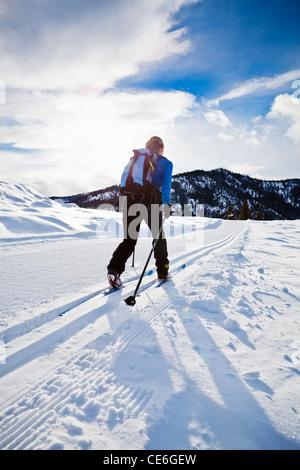 Eine Frau Langlaufen auf den Trails in der Nähe von Sun Mountain Lodge in Methow Valley, Washington, USA. - Stockfoto