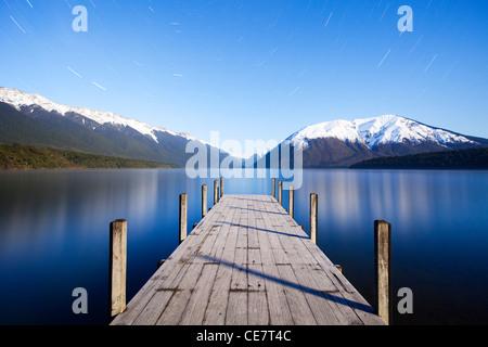 Die Anlegestelle am Lake Rotoiti, Nelson Lakes National Park, New Zealand, bei Mondschein. Sternspuren kann in den - Stockfoto