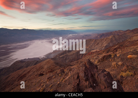 Sonnenuntergang über Badwater Salinen aus Dantes View in Death Valley Nationalpark, Kalifornien, USA - Stockfoto