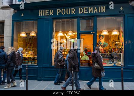 """Paris, Frankreich, Menschen im Le Marais, Schaufensterbummel, """"Hier Pour Demain"""" Vintage Haushaltswaren Ladenfront, - Stockfoto"""