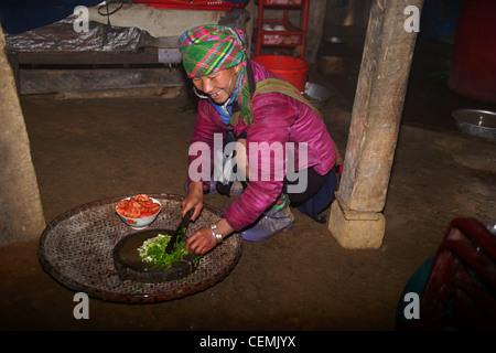 Hmong-Frau, die Zubereitung von Speisen, Sapa Vietnam - Stockfoto