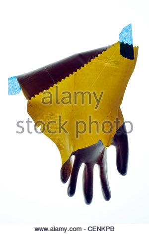 gebrochene Haushalt Arbeit Handschuh mit blauem Klebeband - Stockfoto