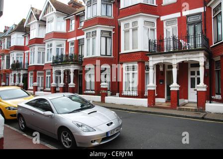 Vorort Straße mit Reihenhäusern Eastbourne UK - Stockfoto