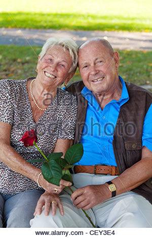 ältere älteres Ehepaar in der Liebe. Mann gibt eine Rose. - Stockfoto