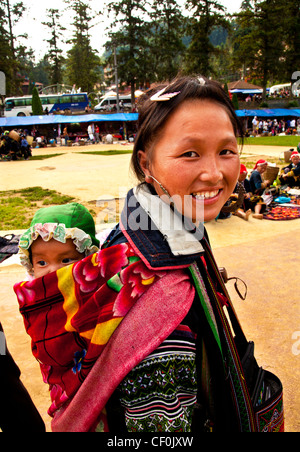 Ein Hmong Hill Tribe Mutter und Baby in einem touristischen Markt Sapa, Vietnam - Stockfoto
