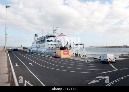 Kanarische Insel Auto und Personenfähre im Hafen von Corralejo Fuerteventura - Stockfoto