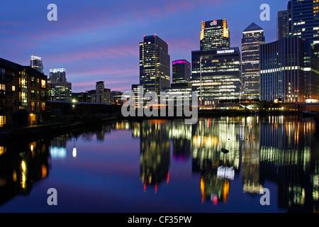Wolkenkratzer in Canary Wharf in der Dämmerung beleuchtet. - Stockfoto