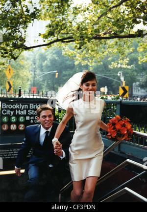 Braut und Bräutigam, die u-Bahn zur Neige; weibliche lange brünette Haare tragen kurze Schleier, Perlen Ohrringe - Stockfoto