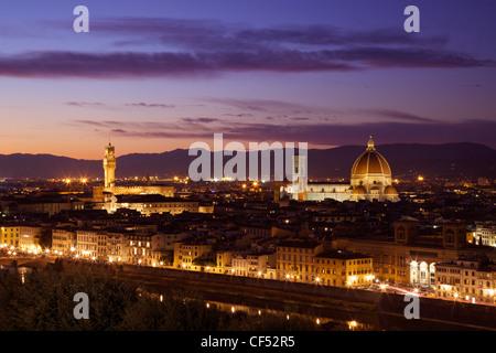 Blick auf den Palazzo Vecchio und Dom im Abendlicht vom Piazzale Michelangelo, Florenz, Toskana, Italien, Europa - Stockfoto