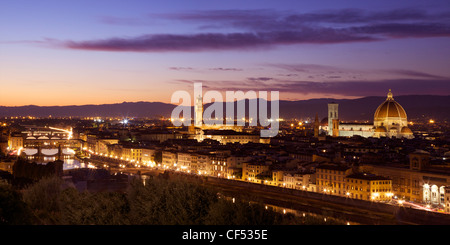 Panoramablick auf der Ponte Vecchio, der Fluss Arno, der Palazzo Vecchio und der Duomo im Abendlicht von Piazzale - Stockfoto