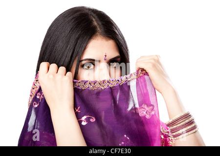 Schöne Bengali indisch-hinduistischen Frau im bunten Kleid Holding Schleier vor Gesicht, isoliert - Stockfoto